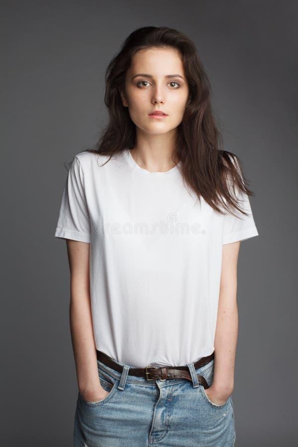 Jong vrouwelijk model in witte t-shirt royalty-vrije stock afbeelding