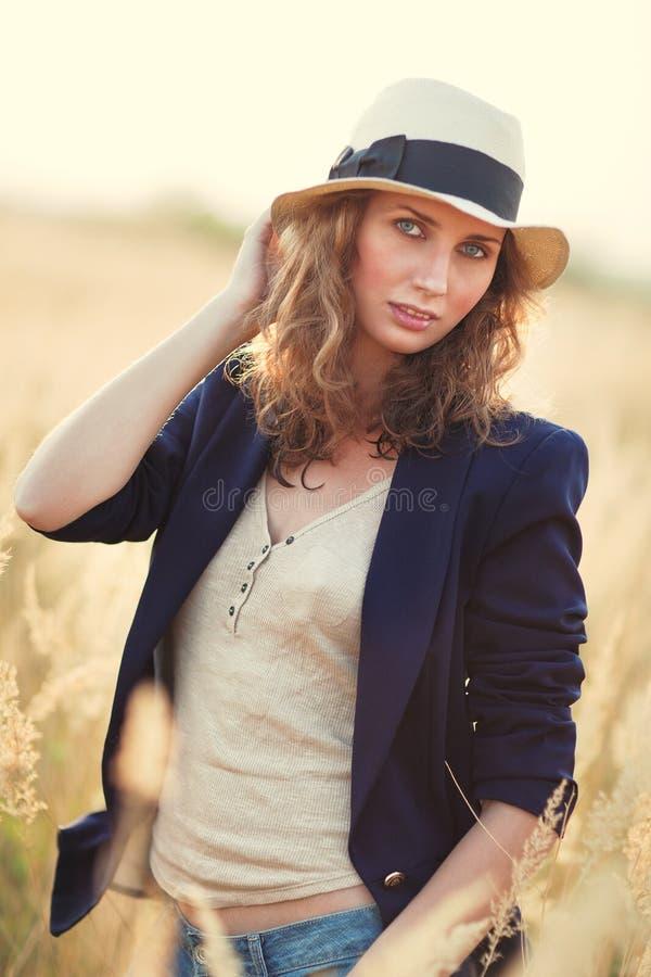 Jong vrouwen in openlucht portret royalty-vrije stock afbeeldingen