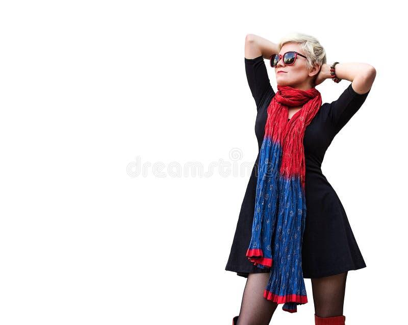 Jong vrouwenblonde in zwarte weinig kleding, rode sjaal Het schot van de manier royalty-vrije stock foto
