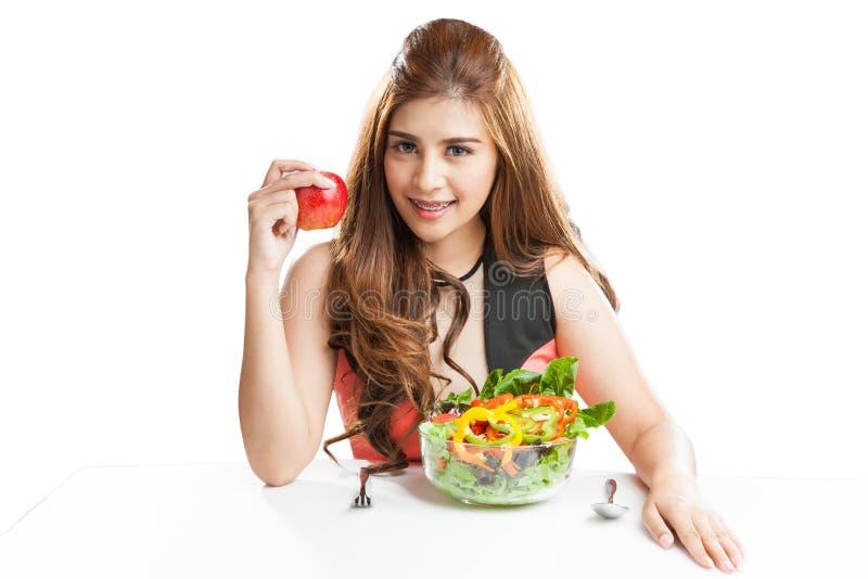Jong vrouwenbrunette die aanwezig en salade eten royalty-vrije stock foto