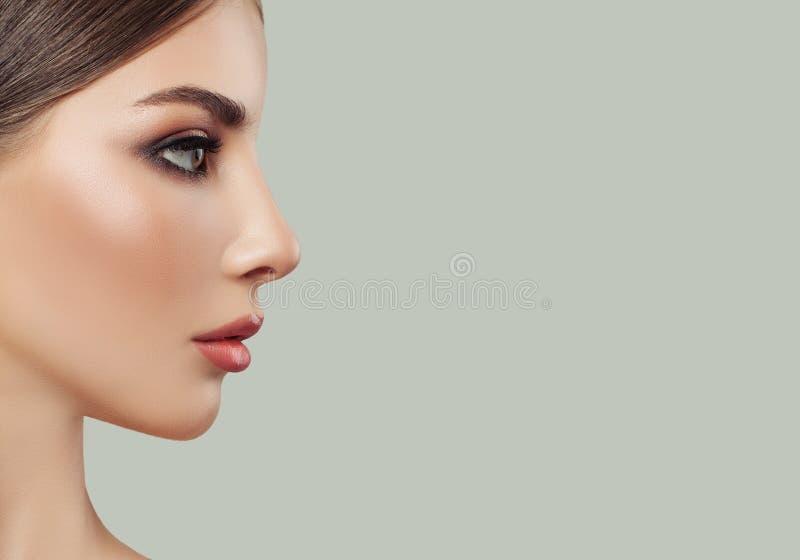 Jong vrouwengezicht, vrouwelijk profiel op achtergrond royalty-vrije stock afbeeldingen