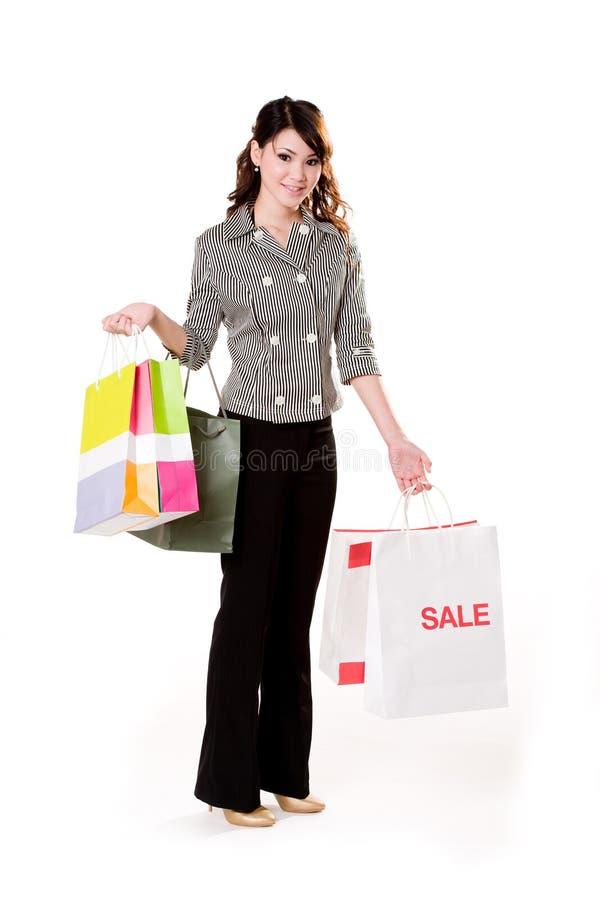 Jong vrouwenhoogtepunt van het winkelen zakken stock fotografie