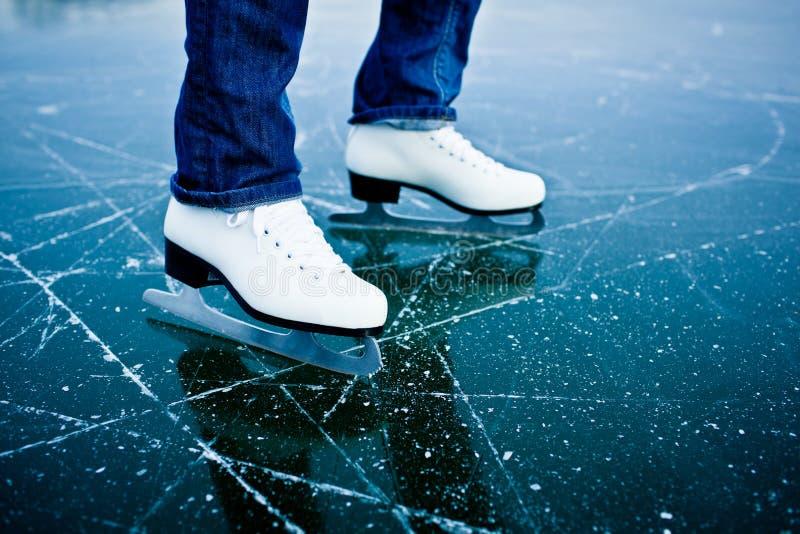 Jong vrouwenijs dat in openlucht schaatst royalty-vrije stock foto