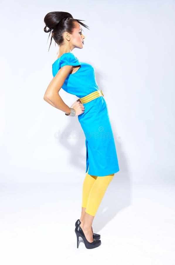 Jong Vrouwenmodel in het Blauwgroene Kleding Leunen royalty-vrije stock afbeeldingen