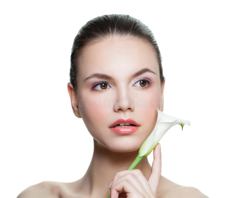 Jong Vrouwenportret Kuuroord modelgezicht met gezonde huid en witte die bloem op witte achtergrond wordt geïsoleerd De zorgconcep royalty-vrije stock afbeeldingen