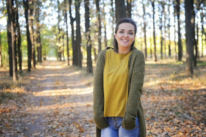 Jong vrouwenportret, rust in de herfstpark, wandeling stock foto