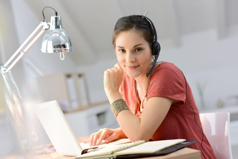 Jong vrouwentelewerk op laptop stock foto's