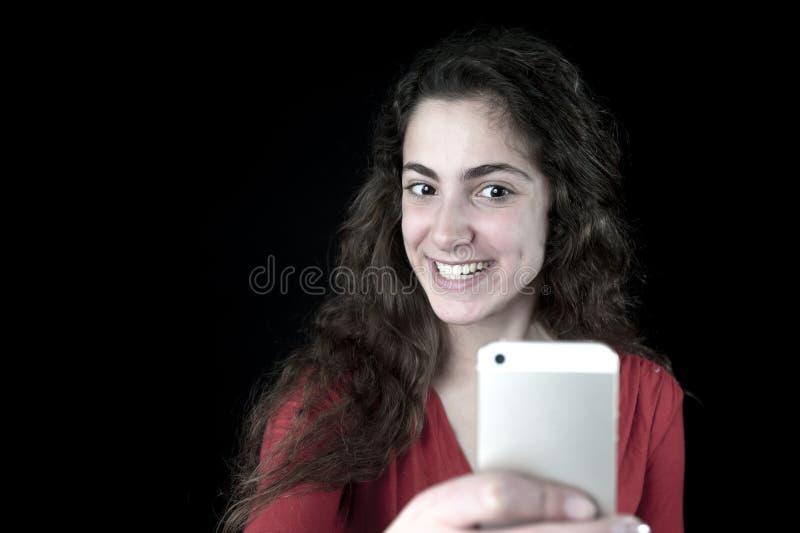 Jong wijfje die een smartphone houden royalty-vrije stock afbeelding