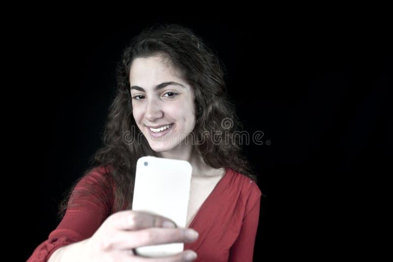 Jong wijfje die een smartphone houden stock afbeeldingen
