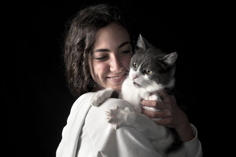 Jong wijfje met kat stock afbeelding