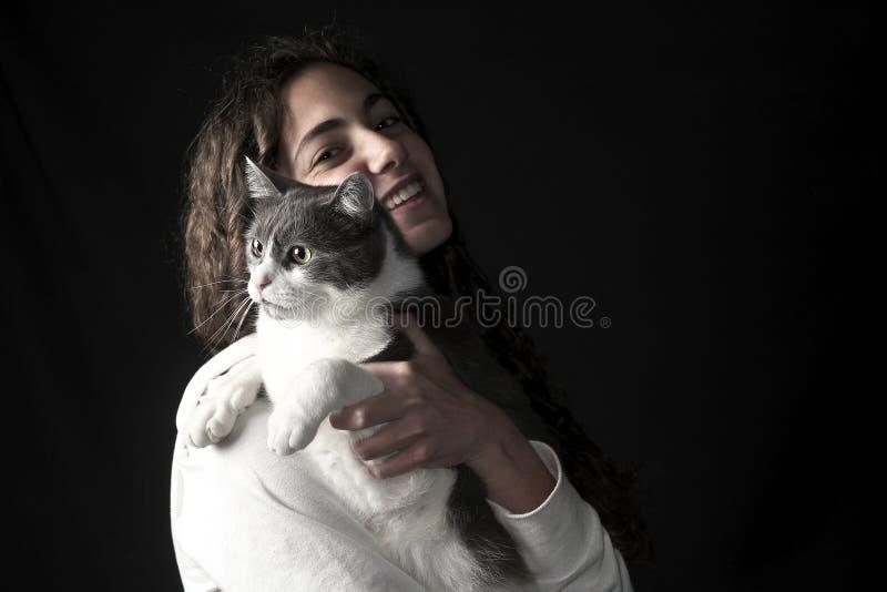 Jong wijfje met kat stock foto's