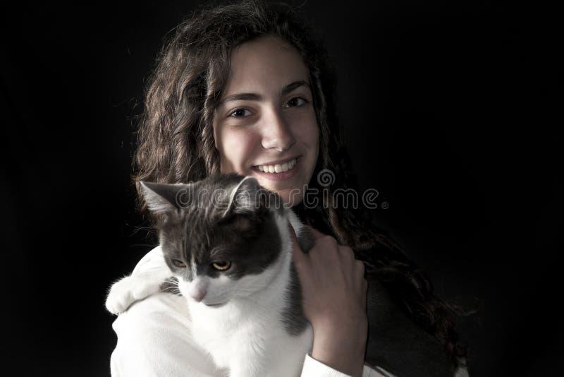 Jong wijfje met kat stock foto