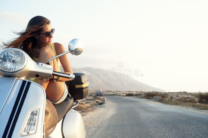 Jong wijfje op motorfietsreis stock afbeeldingen