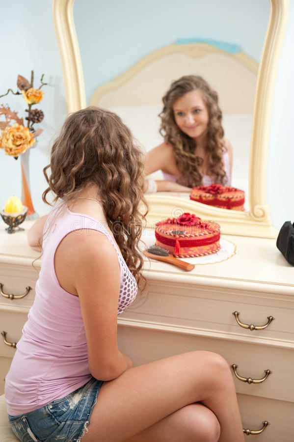 Jong wijfje voor spiegel royalty-vrije stock foto's