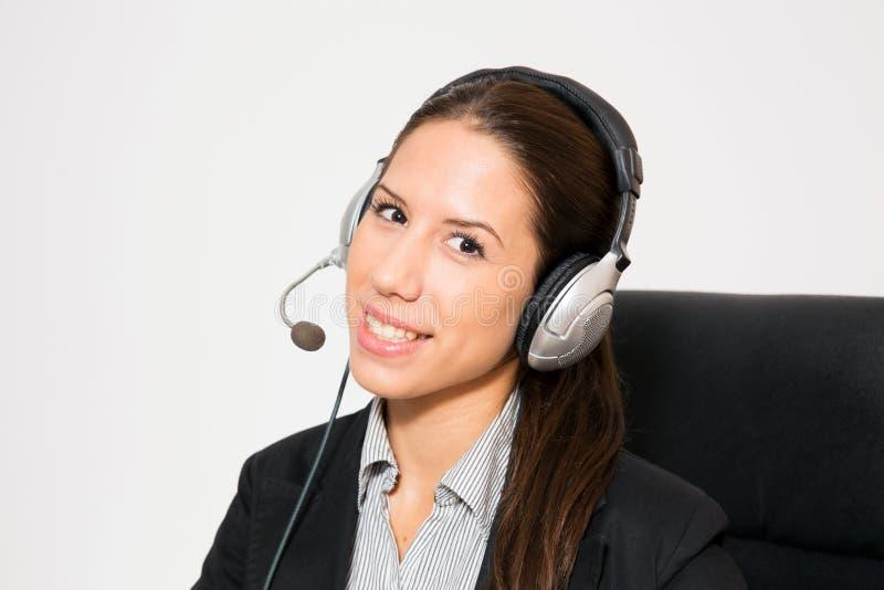 Jong zaken gekleed wijfje die werken als telemarketer stock afbeelding