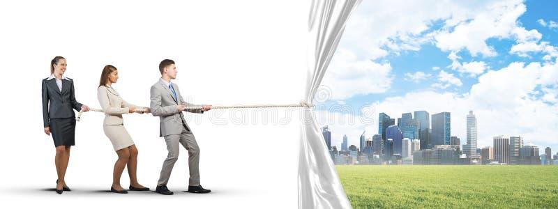Jong zakenlui dat in samenwerking werken en witte reclamebanner trekken stock afbeeldingen