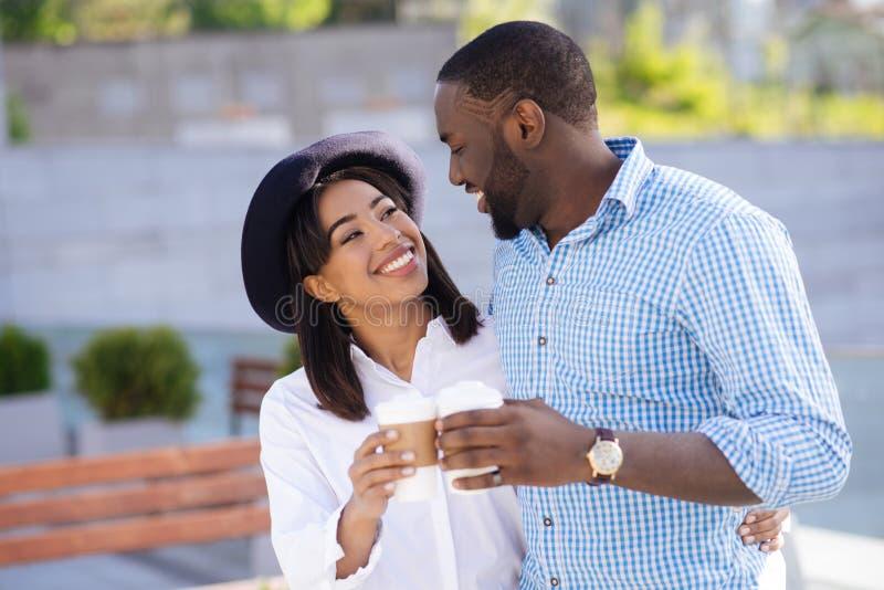 Jong zeker samen gelukkig en ontspannen paargevoel royalty-vrije stock afbeelding