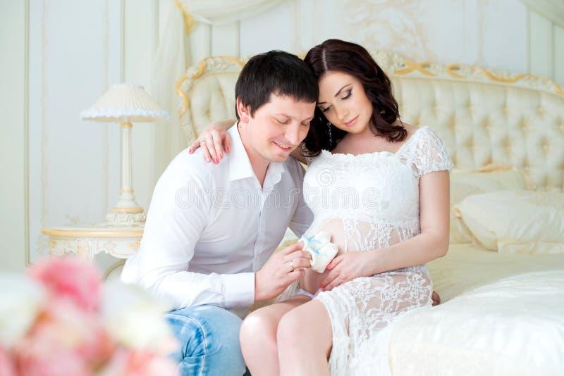 Jong zwanger paar met babybuiten voor pasgeboren jongen stock afbeelding
