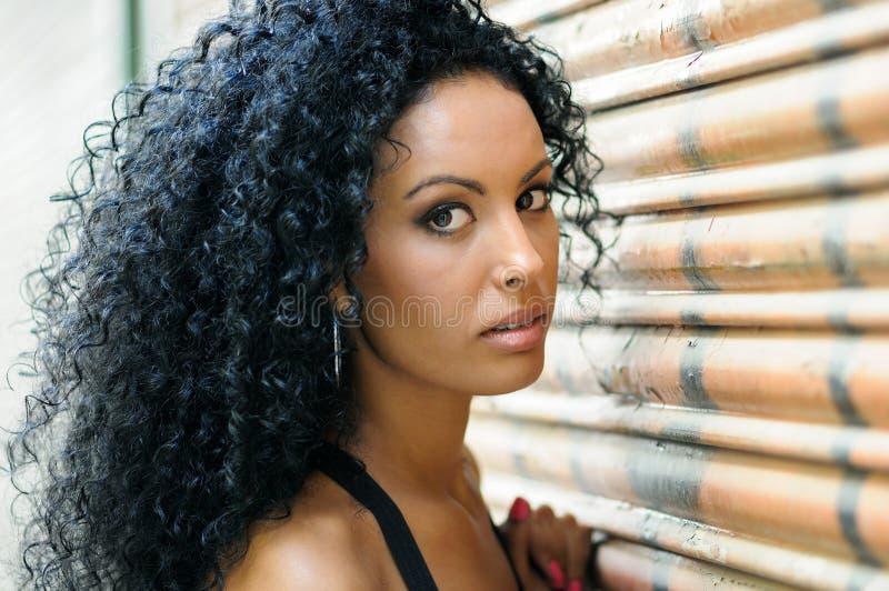 Jong zwart meisje, afrokapsel, met zeer krullend haar royalty-vrije stock afbeeldingen