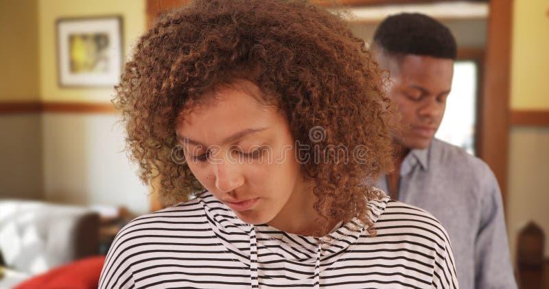 Jong zwart paar die verhoudingsproblemen hebben stock foto's