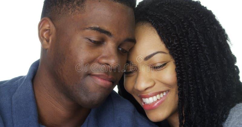 Jong zwart paar in liefde leunend hoofd tegen elkaar royalty-vrije stock foto