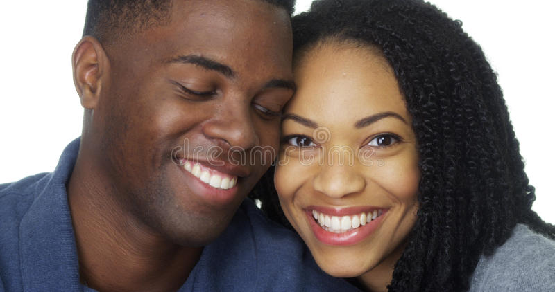 Jong zwart paar in liefde leunend hoofd tegen elkaar royalty-vrije stock foto's