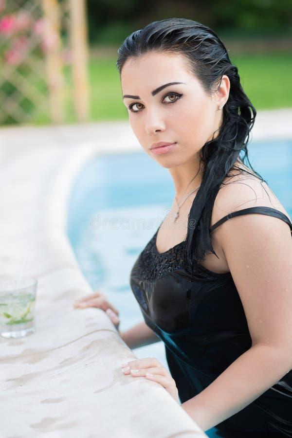 Jonge aanbiddelijke vrouw stock foto