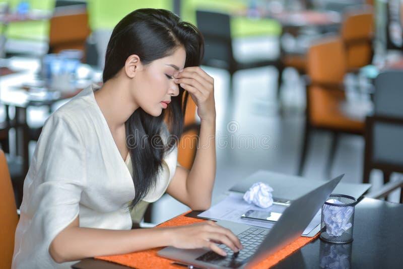 Jonge aantrekkelijke Aziatische bedrijfsvrouwenslaap, het in slaap vallen of taki royalty-vrije stock foto's