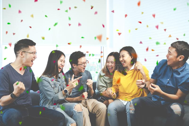 Jonge Aantrekkelijke Aziatische groep vrienden die en met gelukkig in het verzamelen van vergaderingszitting thuis vrolijk voelen royalty-vrije stock afbeeldingen
