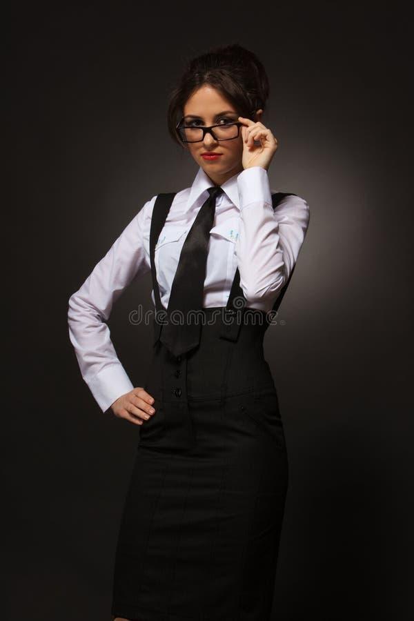 Jonge aantrekkelijke bedrijfsvrouw in glazen stock afbeeldingen