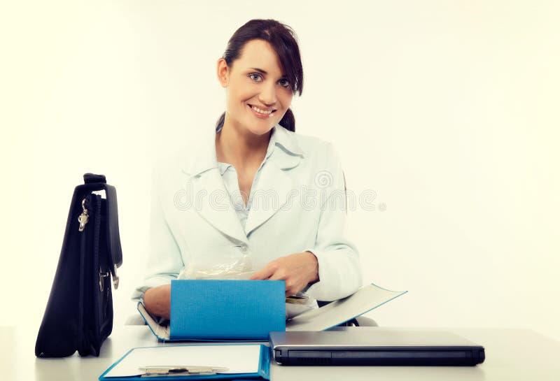 Jonge aantrekkelijke bedrijfsvrouw met aktentas op het kantoor royalty-vrije stock afbeelding