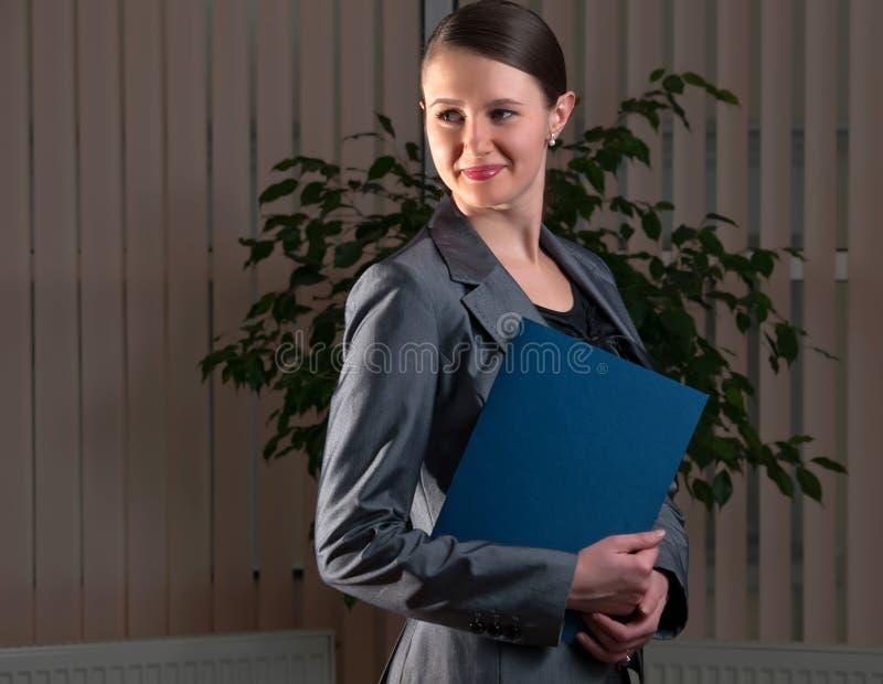 Jonge aantrekkelijke bedrijfsvrouw met omslag stock fotografie