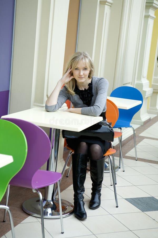 Jonge aantrekkelijke blonde vrouw stock foto's
