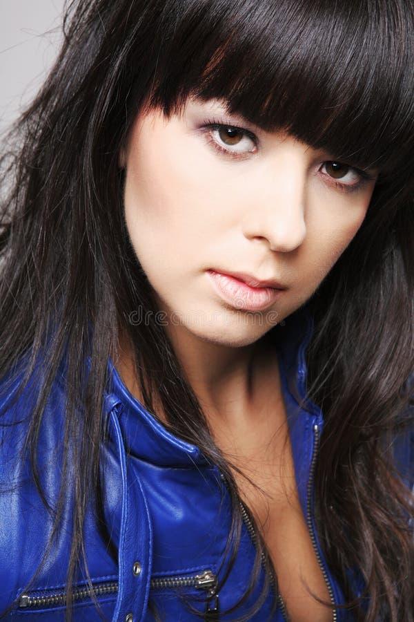 Jonge aantrekkelijke brunette. royalty-vrije stock fotografie