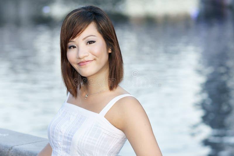 Jonge aantrekkelijke Chinese dame door rivier royalty-vrije stock foto