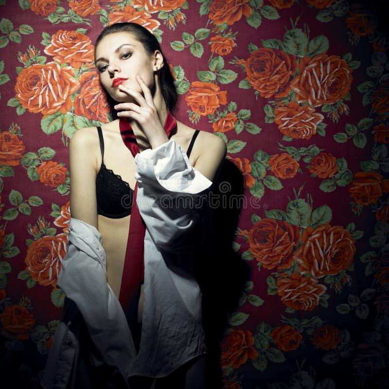 Jonge aantrekkelijke dame in band royalty-vrije stock fotografie