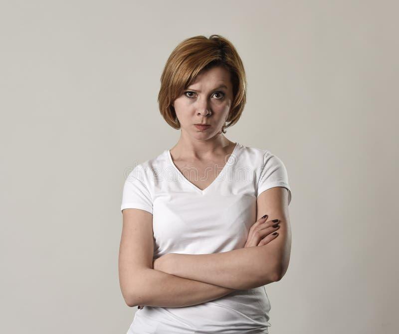 Jonge aantrekkelijke en humeurige vrouw die alleen die boos stellen en in slecht stemming en woedegezicht verstoort royalty-vrije stock foto