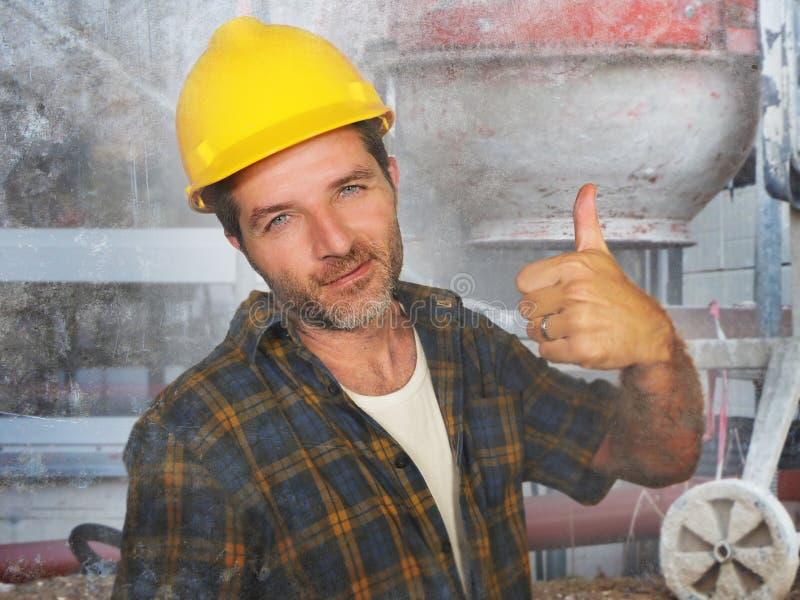 Jonge aantrekkelijke en zekere contractant of bouwvakkermens met de helm die van de bouwersveiligheid het collectieve vrolijk gli stock afbeelding