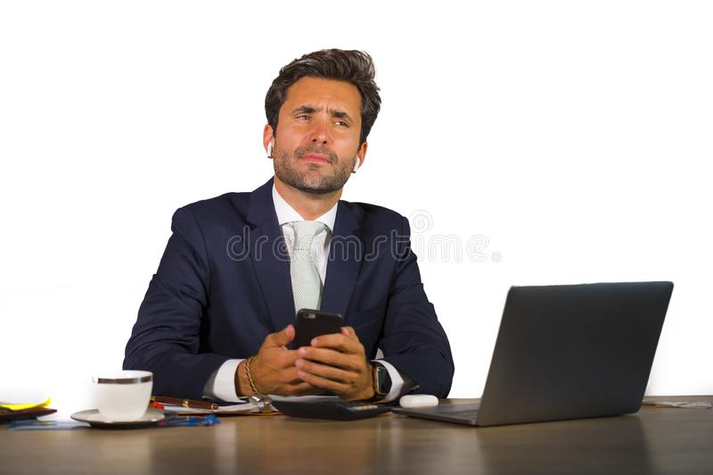 Jonge aantrekkelijke en zekere zakenman in kostuum die bij collectief de computerbureau van het bedrijfbureau aan witte achtergro royalty-vrije stock foto