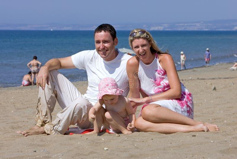 Jonge aantrekkelijke familie op vakantie in Spanje stock afbeelding