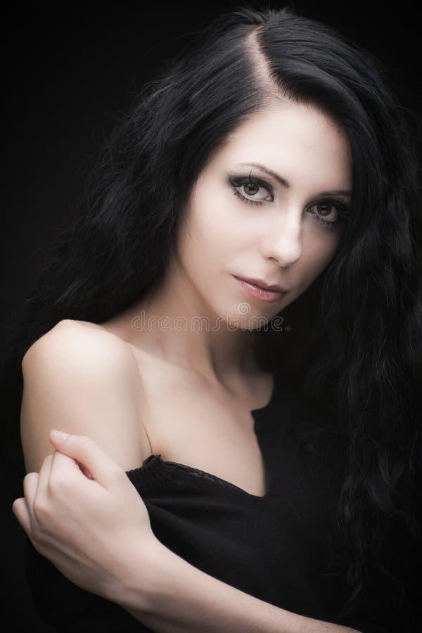 Jonge aantrekkelijke gotische donkerbruine vrouw stock foto