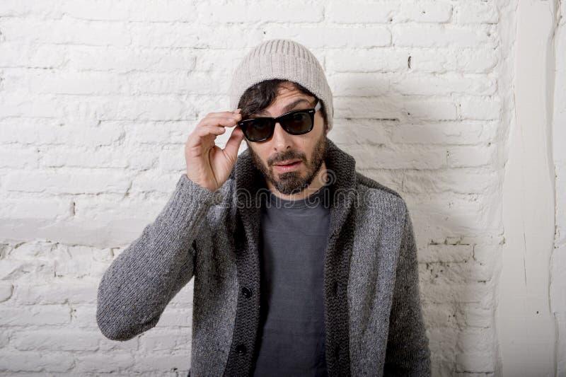 Jonge aantrekkelijke hipster en in stijl die mens stellen koel met zich houding informeel kleden kijken royalty-vrije stock foto's