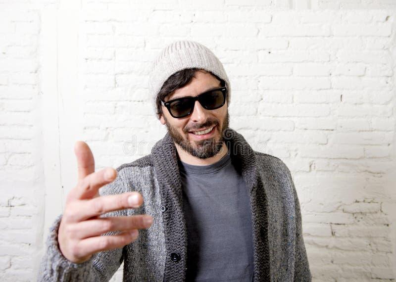 Jonge aantrekkelijke hipster en in stijl die mensen stellende coo kijken stock afbeelding
