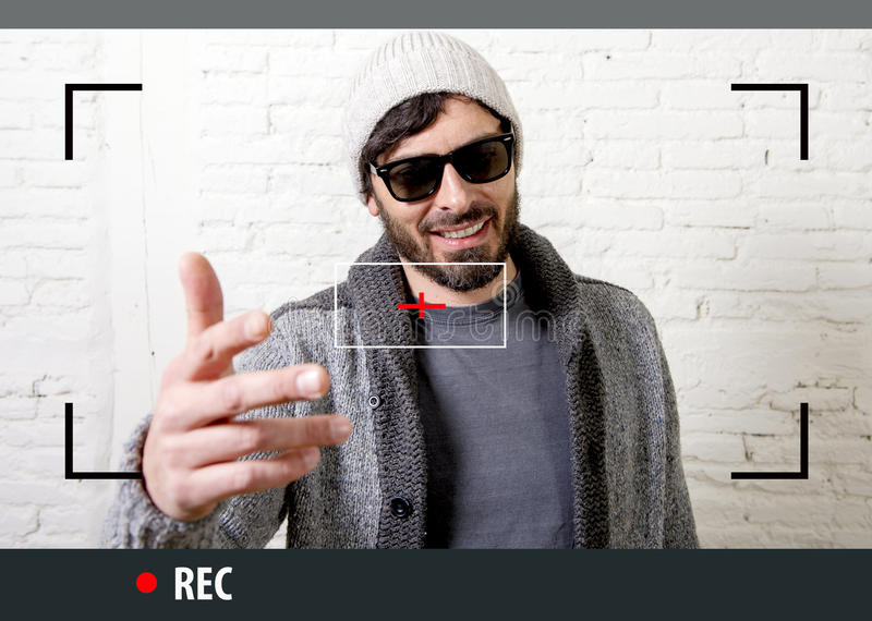 Jonge aantrekkelijke hipster en in stijlmens in selfie en videobloggeropname van Internet stock fotografie