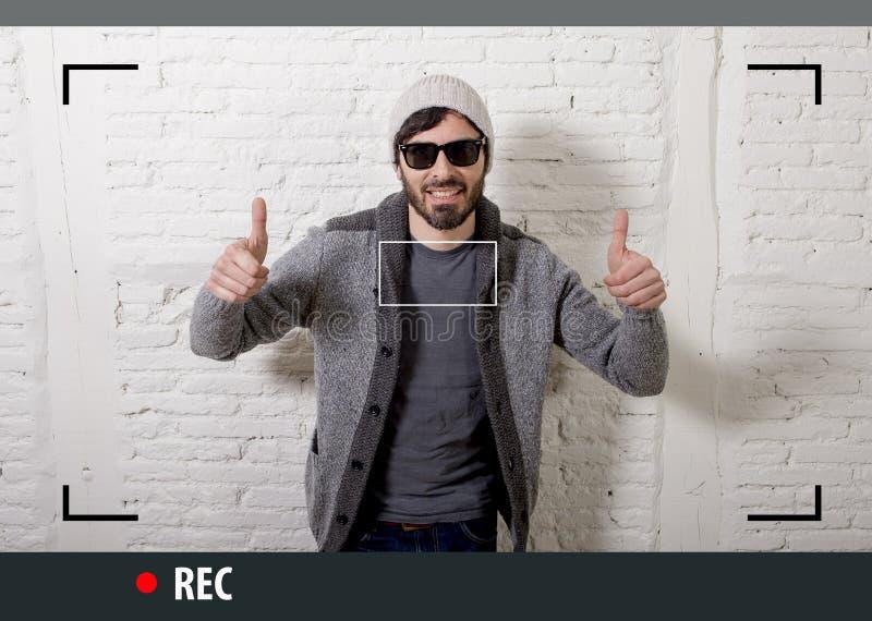 Jonge aantrekkelijke hipster en in stijlmens in selfie en videobloggeropname van Internet stock foto's