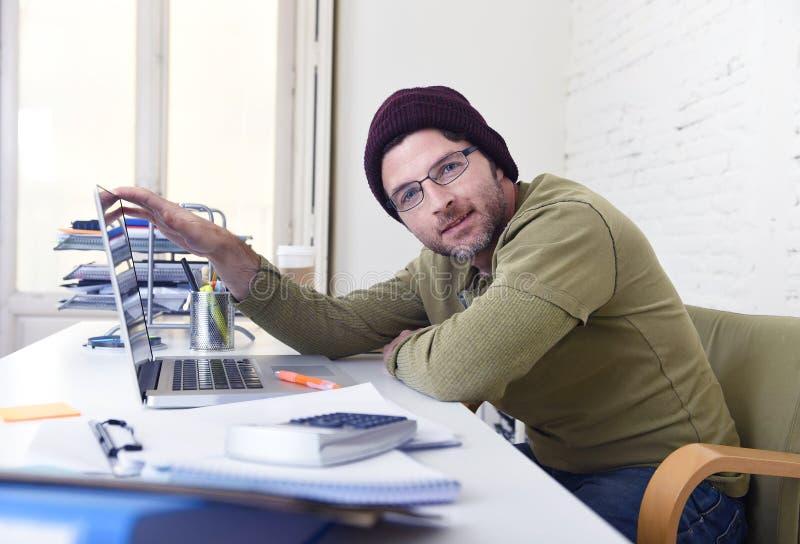 Jonge aantrekkelijke hipsterzakenman die van zijn huisbureau als freelancer zelf werken - aangewend bedrijfsmodel royalty-vrije stock foto's