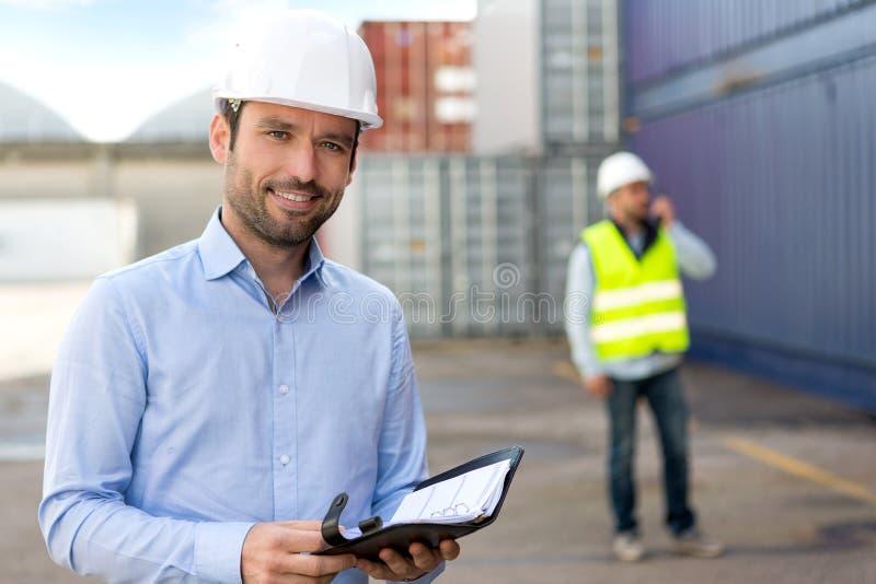 Jonge Aantrekkelijke ingenieur het raadplegen agenda op het dok stock afbeelding