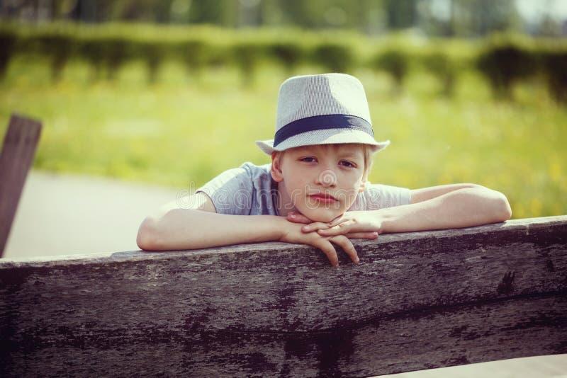 Jonge aantrekkelijke jongen die een hoed dragen royalty-vrije stock foto
