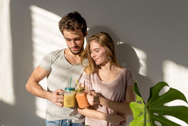 Jonge aantrekkelijke man en vrouwen het besteden ochtend met een drank royalty-vrije stock afbeelding