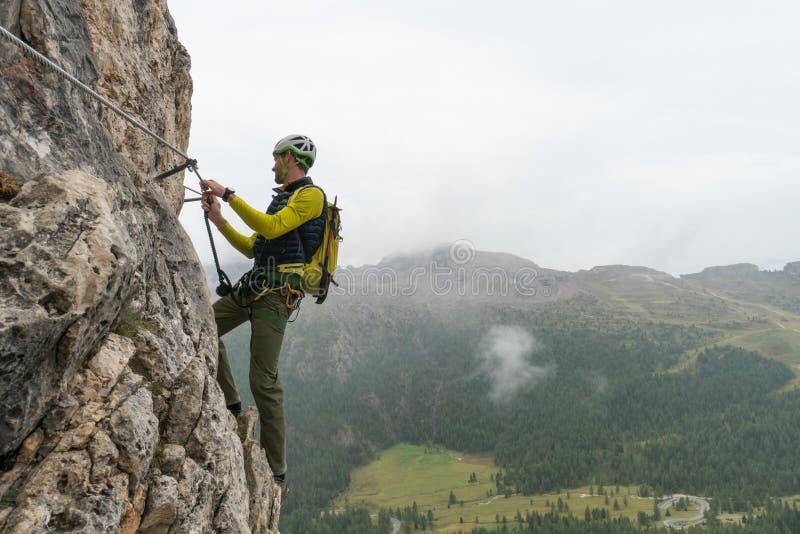 Jonge aantrekkelijke mannelijke alpinist in het Dolomiet van Italië met een grote panoramamening royalty-vrije stock foto
